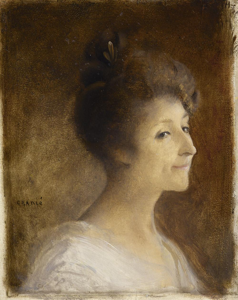 Jeune femme souriant, de profil